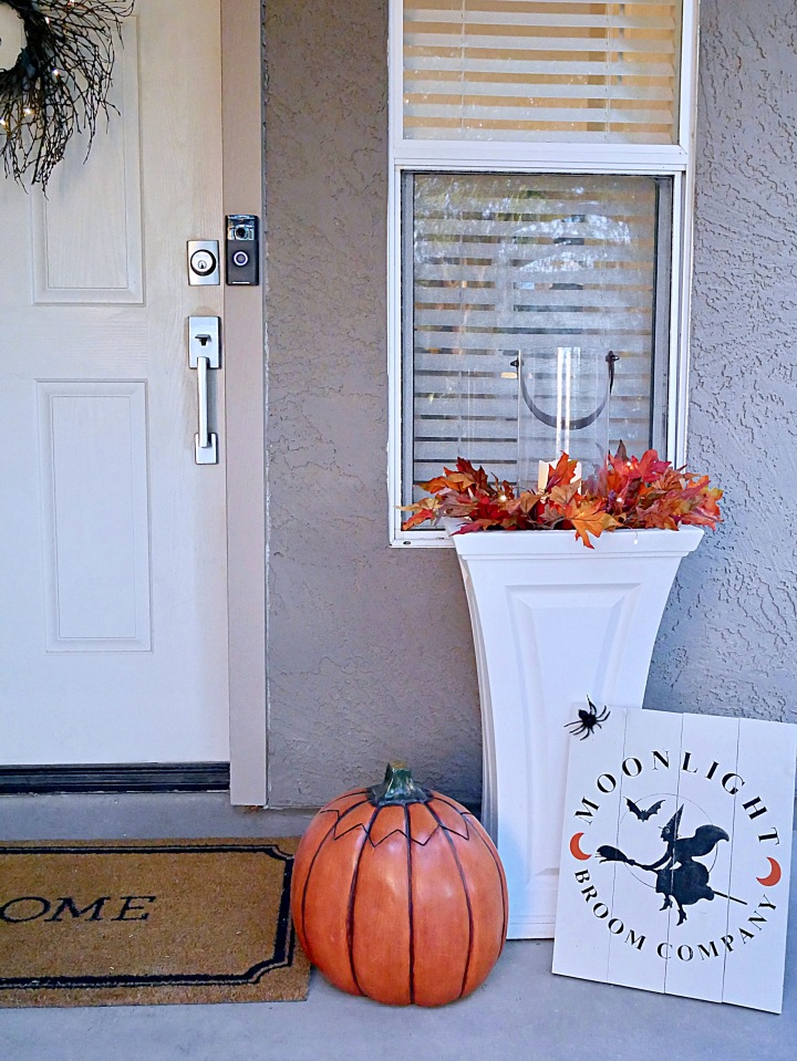 DIY Flying Bat Halloween Wreath {Details Blog}
